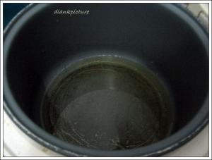 tuang minyak goreng pada panci magic com